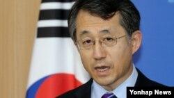 조태영 한국 외교부 대변인이 30일 외교부청사에서 열린 정례브리핑에서 탈북자 문제 등 현안에 대해 취재진의 질문에 답변하고 있다.