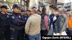 Protest jedne od dve frakcije beogradskih Jevreja ispred sinagoge Sukat Šalom u Beogradu, 28. oktobra 2019. (Foto: Ognjen Zorić, Radio Slobodna Evropa)