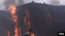 Kendaraan yang membawa bahan bakar bensin milik pasukan NATO, terbakar di Afghanistan pada hari Jumat.