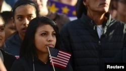 """Estudiantes latinos y partidarios de la reforma migratoria se reúnen en Farrand Field en el campus de la Universidad de Colorado para lanzar la campaña """"Mi país, mi voto"""". [Foto de archivo]"""