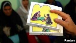 Cartes pour éduquer les femmes sur les dangers des mutilations génitales féminines, Minia, Egypte, 13 juin 2006.