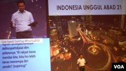 """Dubes RI untuk AS, Dino Patti Djalal memberikan presentasi dalam acara """"Satu Jam Bersama Dino Patti Djalal: Enam Jurus Sakti Indonesia Unggul di Abad-21"""", di Jakarta, Rabu malam 18/9 (foto: Alina/VOA)"""