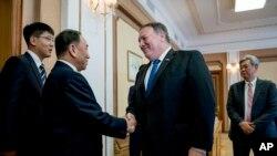 마이크 폼페오(가운데) 미 국무장관이 6일 평양 백화원 초대소에서 김영철 북한 노동당 부위원장 겸 통일전선부장과 악수하고 있다. 오른쪽은 앤드루 김 미 중앙정보국(CIA) 코리아임무센터장.