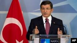 아흐메트 다부토글루 터키 총리가 30일 벨기에 브뤼셀 나토 본부에서 기자회견을 하고 있다.