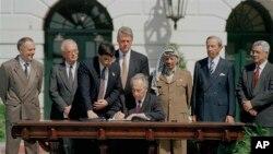 지난 1993년 당시 이스라엘 외무장관이었던 시몬 페레스(가운데 앉은 이) 전 대통령이 빌 클린턴(가운데 서있는 이) 당시 미국 대통령이 지켜보는 가운데 백악관 경내에서 '팔레스타인 잠정 자치 확대에 관한 원칙 선언'에 서명하고 있는 모습. 오른쪽 세번째가 야세르 아라파트 팔레스타인 해방기구(PLO) 의장. 왼쪽 두번째는 이츠하크 라빈 당시 이스라엘 총리.