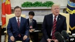 El presidente de EE.UU. Donald Trump y el presidente de Corea del Sur Moon Jae-in hablan con periodistas en la Oficina Oval de la Casa Blanca. Mayo 22, 2018.