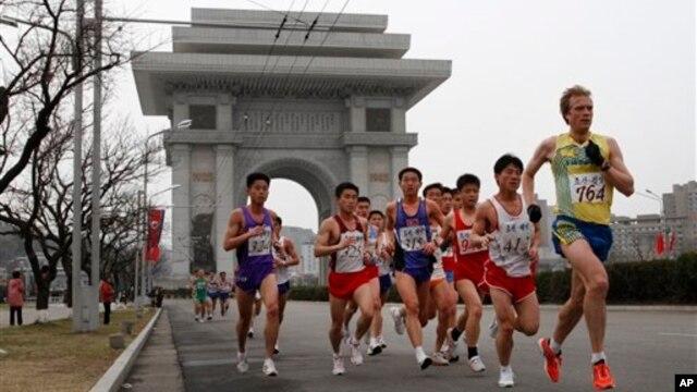 지난해 4월 평양에서 열린 제 25회 만경대마라톤대회에 출전한 선수들. (자료사진)