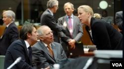 Menkeu Perancis Francois Baroin (kiri), Menkeu Jerman Wolfgang Schauble (tengah) dan Menlu Findlandia Jutta Urpilainen (kanan) berbincang saat jeda pertemuan menteri ekonomi dan keuangan Eropa (ECOFIN) di Brussels (13/3).