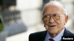 Santiago Carrillo falleció en su casa en Madrid a los 97 años de edad a causa de una insuficiencia cardíaca.