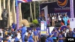 Suasana Kampanye terbuka Partai Nasdem di lapangan tugu Proklamasi Jakarta, Minggu 16 Maret 2014. (VOA/Andylala Waluyo)