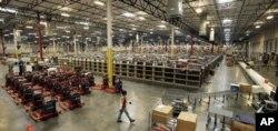 یک انبار و مرکز خدمات بستهبندی و ارسال کالا در شرکت آمازون