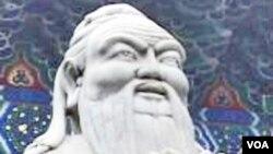 Patung Konfusius yang terletak di Kuil Konfusius di Beijing.
