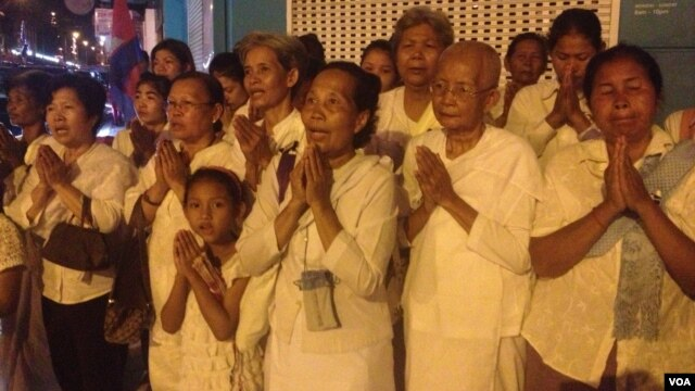 Cambodians pray near the cremation of former King Norodom Sihanouk in Phnom Penh, Cambodia, February 4, 2013. (R. Carmichael/VOA)