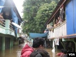 Warga kelurahan Bukit Duri, Jakarta Selatan mengungsi karena banjir yang melanda wilayah ini, Rabu, 16 Januari 2013 (VOA/Andylala).