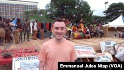 Un touriste anglais sur le site du musée national, à Yaoundé, le 3 août 2017. (VOA/Emmanuel Jules Ntap)