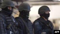 Tổng thống Felipe Calderon phát động một cuộc truy quét do quân đội dẫn dầu, để diệt trừ các băng đảng ma túy Mexico