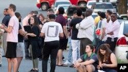 Ljudi se okupljaju kod ulaza u kampus Univerziteta Severne Karoline u Šarlotu posle pucnjave, 30. aprila 2019. (Foto: AP/Jason E. Miczek)