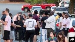 Люди собираются напротив кампуса Университета Северной Каролины после инцидента со стрельбой, Шарлотт, штат Северная Каролина, 30 апреля 2019 года