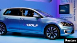 Volkswagen introduces the Volkswagen e-Golf electric car at the Los Angeles Auto Show in Los Angeles, California, November 20, 2013. REUTERS/Mike Blake (UNITED STATES - Tags: BUSINESS TRANSPORT) - RTX15MC8
