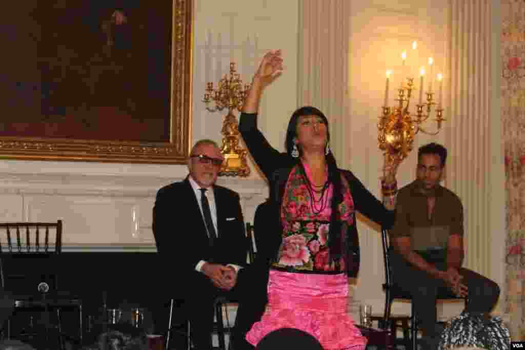 Lila Downs de origen mexicano dijo que inició su carrera musical para descubrir su verdadera identidad.