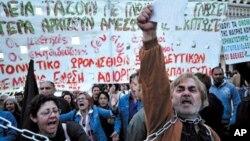 그리스 국회의사당 앞에서 구제금융을 받기 위한 그리스 정부의 추가 긴축안에 항의하는 시위대(자료사진)