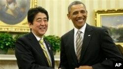 바락 오바마 미국 대통령(오른쪽)은 지난 2월 백악관에서 아베 신조 일본 총리와 정상회담을 가졌다. (자료사진)