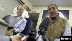 지난 10일 전용기에서 기자들과 대화 중인 리언 파네타 국방장관. (자료사진)