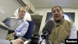 El secretario de Defensa Leon Panetta habló con los reporteros durante su viaje a Kuwait.