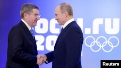 Presidente Vladimir Putin (D) e Thomas Bach