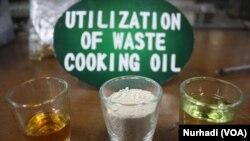 Minyak jelantah, katalis dari tanah liat dan bensin yang dihasilkan. (Foto: VOA/Nurhadi)