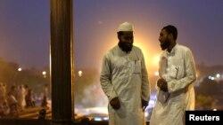 Dehlidagi Jama masjidda musulmonlar iftordan so'ng, 30-iyun, 2014-yil.