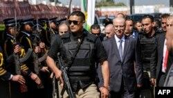 هرچند میانه روهای فلسطینی مثل رامی حمدالله، نخست وزیر فلسطین ها سعی در مذاکره دارند اما گروه های مثل حماس که با ایران مرتبط هستند، مخالفند.