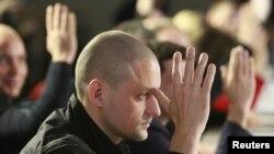 Nhà lãnh đạo phe đối lập Nga Sergei Udaltsov biểu quyết trong phiên họp đầu tiên của Hội đồng Phối hợp Đối lập Nga. Các ủng hộ viên phe đối lập bầu ra hội đồng này bằng cách bỏ phiếu trên internet