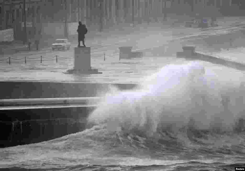 La tormenta tropical Isaac no solo está afectando la costa estadounidense, también se sintió en el Malecón de La Habana, Cuba. Isaac que podría convertirse en un huracán categoría 2, sucede en las vísperas del séptimo aniversario del huracán Katrina.