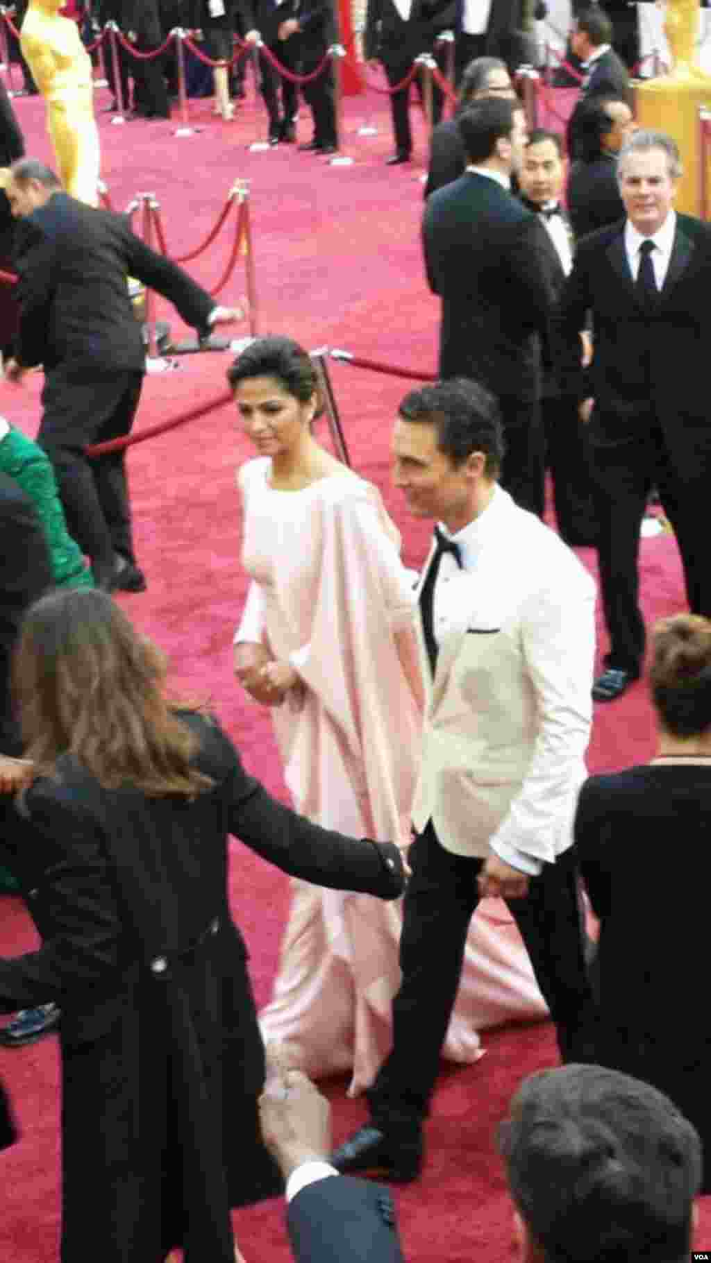Matthew McConaughey bersama istri di red carpet Academy Awards ke-86, Dolby Theater, Los Angeles, California, 2 Maret 2014.