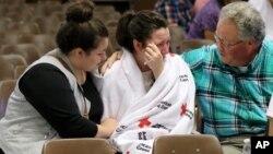 1일 미국 오리건 주 로스버그의 엄프콰 전문대학에서 총격 사건이 발생한 후, 사건 현장에 있었던 학생이 가족과 상봉한 후 울고 있다.