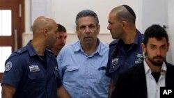 고넨 세게브 전 이스라엘 에너지 장관이 지난해 7월 간첩 협의 재판을 받기 위해 예루살렘 법원에 출석했다.