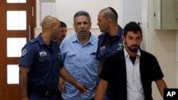 پولیس سابق اسرائیلی وزیر کو عدالت میں پیشی کے لیے لا رہی ہے۔ (فائل فوٹو)