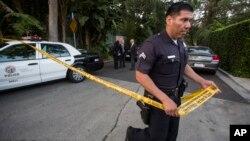 Un policía acordona el perímetro de la casa de Andrew Getty, en Hollywood Hills, Los Ángeles, donde fue encontrado su cuerpo sin vida.
