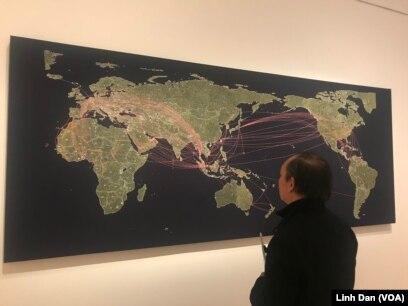 Tấm bản đồ thêu trên vải về các đường di chuyển của người tị nạn rời Việt Nam tới các nơi trên thế giới sau chiến tranh.