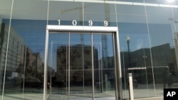 中国央视在美国首都华盛顿演播中心所在大楼的大门--1099纽约大道