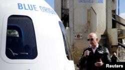 Jeff Bezos devant une capsule de sa société Blue Origin.