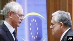 Chủ tịch EU Herman Van Rompuy (trái) và Thủ tướng Hy Lạp Lucas Papademos dự cuộc họp thưởng đỉnh của EU ở Brussels