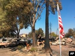Una bandera sobrevivió inexplicablemente un incendio que destruyó casi por completo un vecindario en Coffey Park, Santa Rosa, California. Oct. 12, 2017.