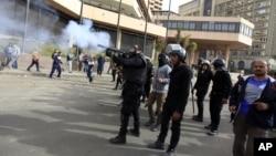 Полиция применяет слезоточивый газ против демонстрантов на площади Тахрир. Каир, Египет. 27 января 2013 года