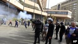 埃及防暴警察向抗议民众燃放催泪弹
