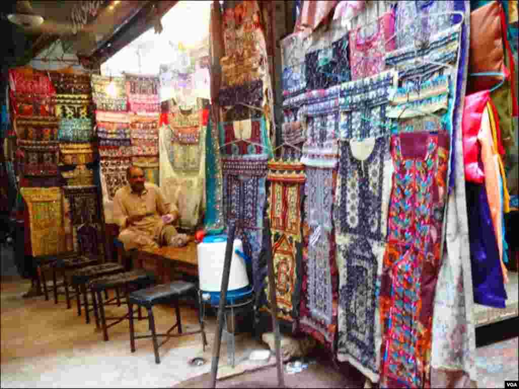 کراچی کے مختلف علاقوں میں قائم بازاروں میں بلوچی لباس آرڈر پر تیار کئےجاتے ہیں۔