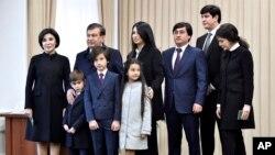 Prezident seçkiləri zamanı səsvermədən sonra prezident Şövkət Mirzəyev ailəsi ilə birlikdə, Daşkənd, Özbəkistan. 4 dekabr, 2016-cı il.