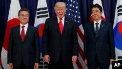 문재인 한국 대통령과 도널드 트럼프 미국 대통령, 아베 신조 일본 총리(왼쪽부터)가 지난 2017년 7월 주요 20개국 정상회의가 열리고 있는 독일 함부르크에서 만찬회동을 가졌다.