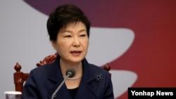 박근혜 한국 대통령이 15일 청와대에서 열린 국무회의에서 모두발언하고 있다.
